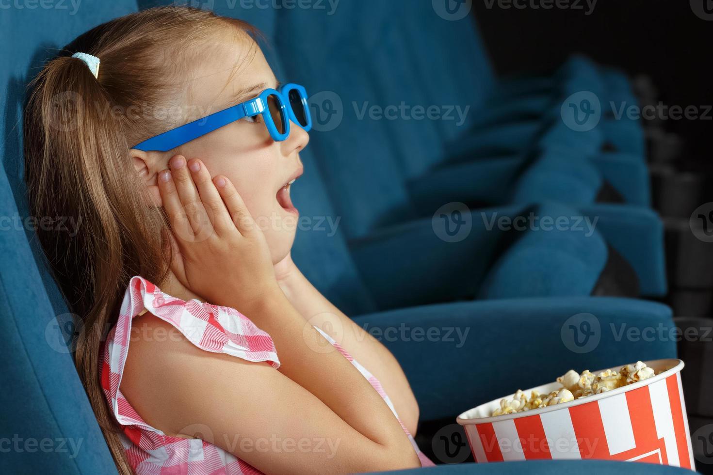 ravi petite fille regardant un film au cinéma photo