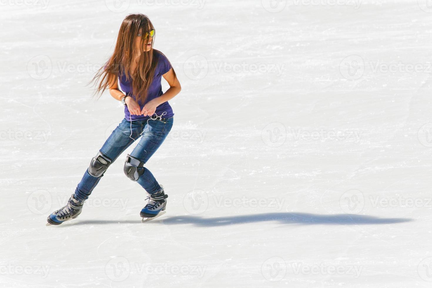 junges Mädchen an der Eisbahn im Freien foto