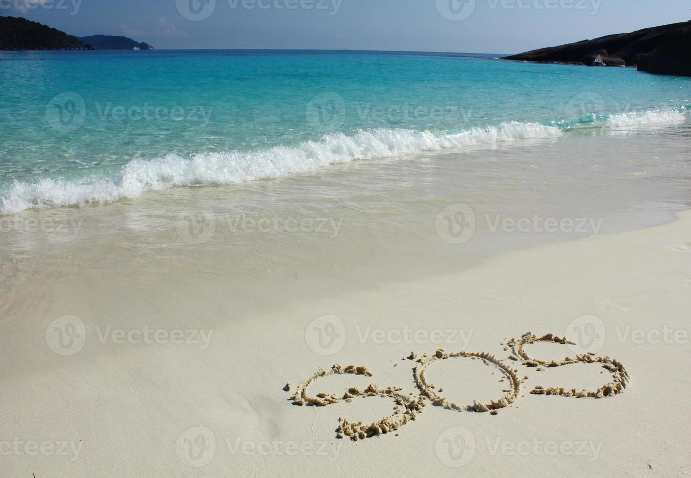 """dibujo de """"sos"""" en la arena de la playa en el mar foto"""