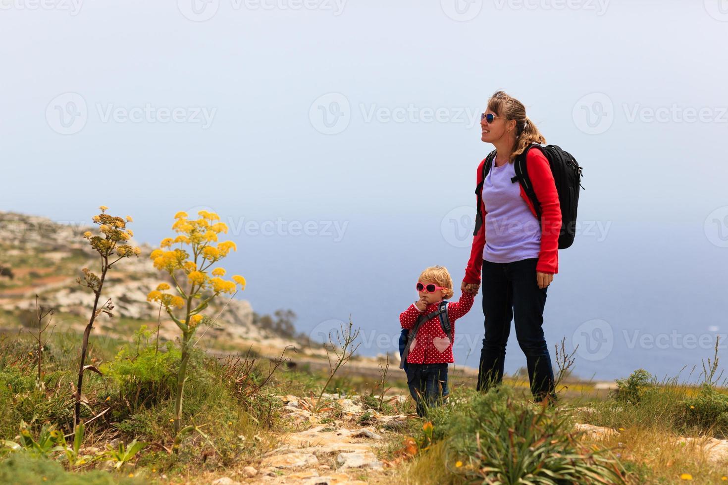 madre con hija pequeña viajar en las montañas foto