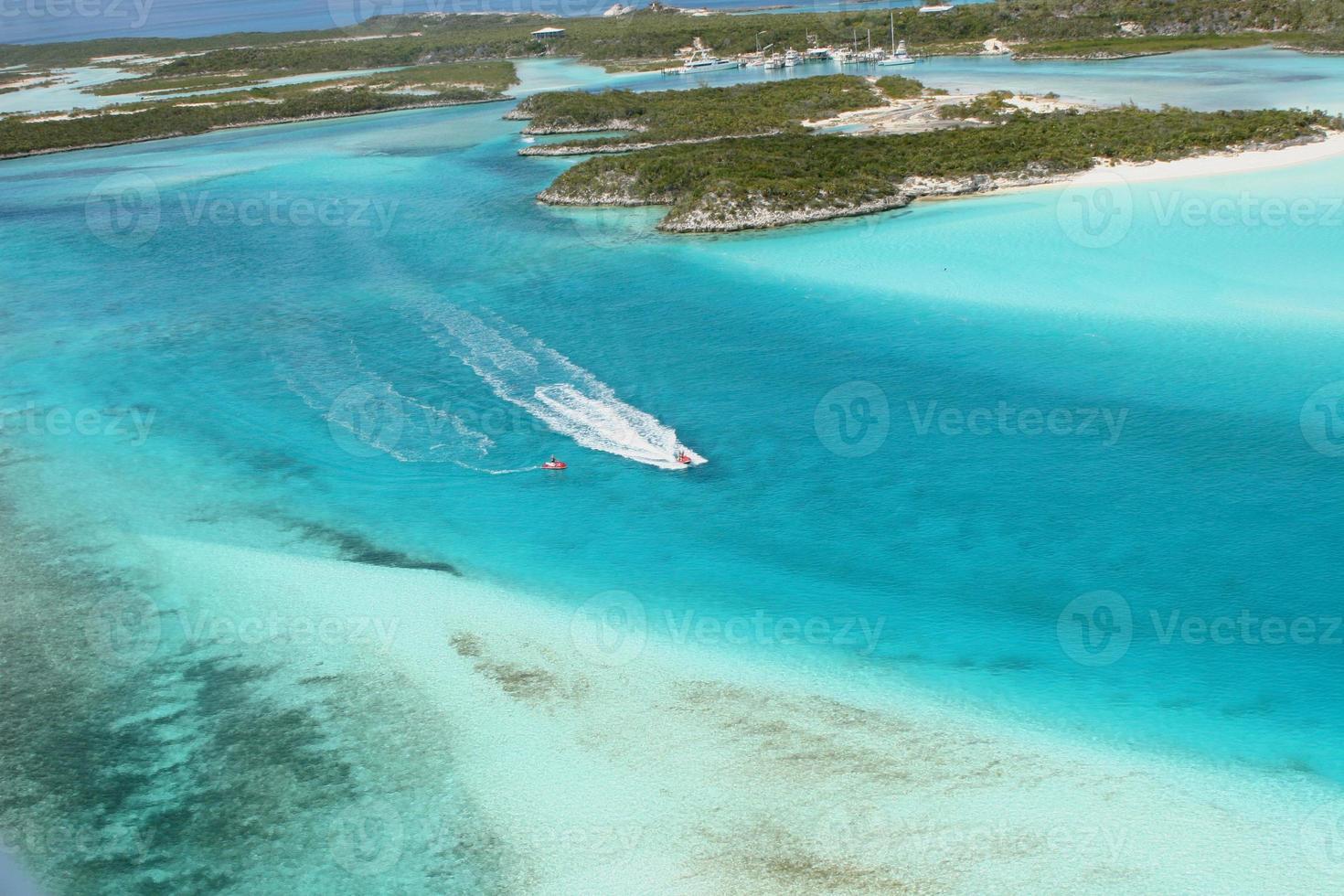 vista aerea di isole, barriera corallina bahamas e moto d'acqua foto