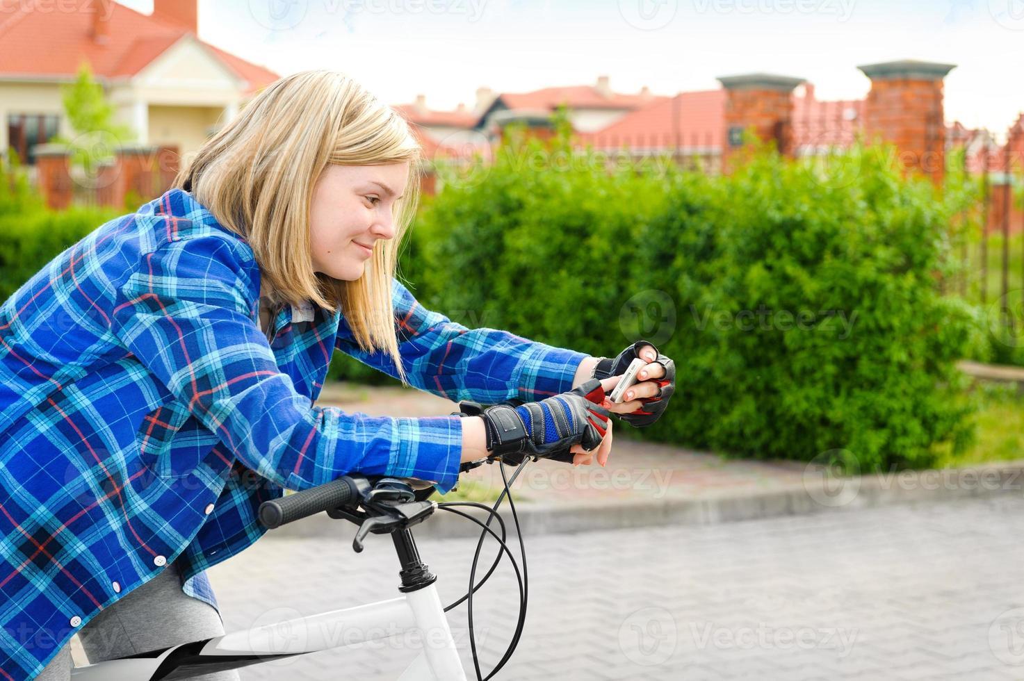 excursionista joven busca coordenadas gps en el teléfono inteligente. foto