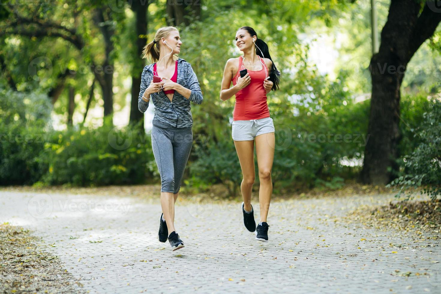 mulheres esportivas correndo no parque foto