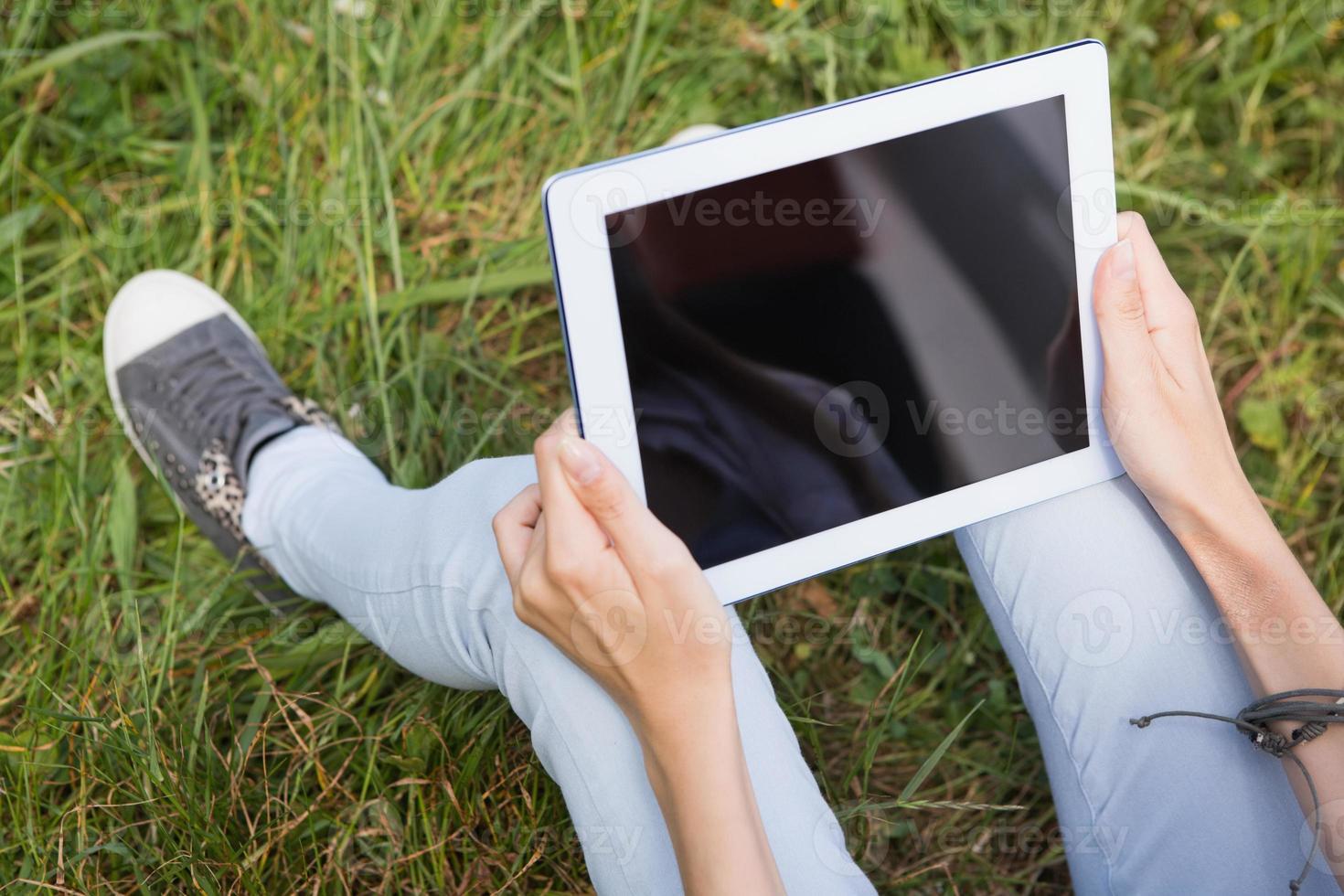 femme utilisant une tablette dans le parc photo