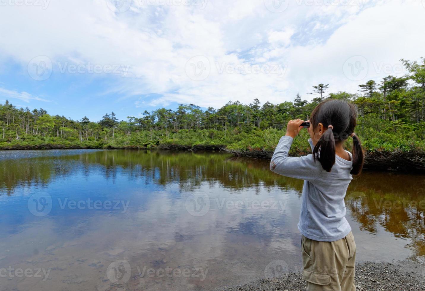 fille qui regarde le paysage avec des jumelles photo
