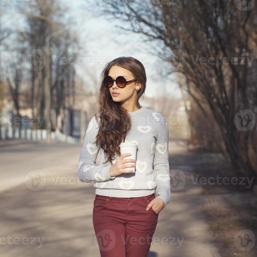 mooie brunette meisje lopen foto