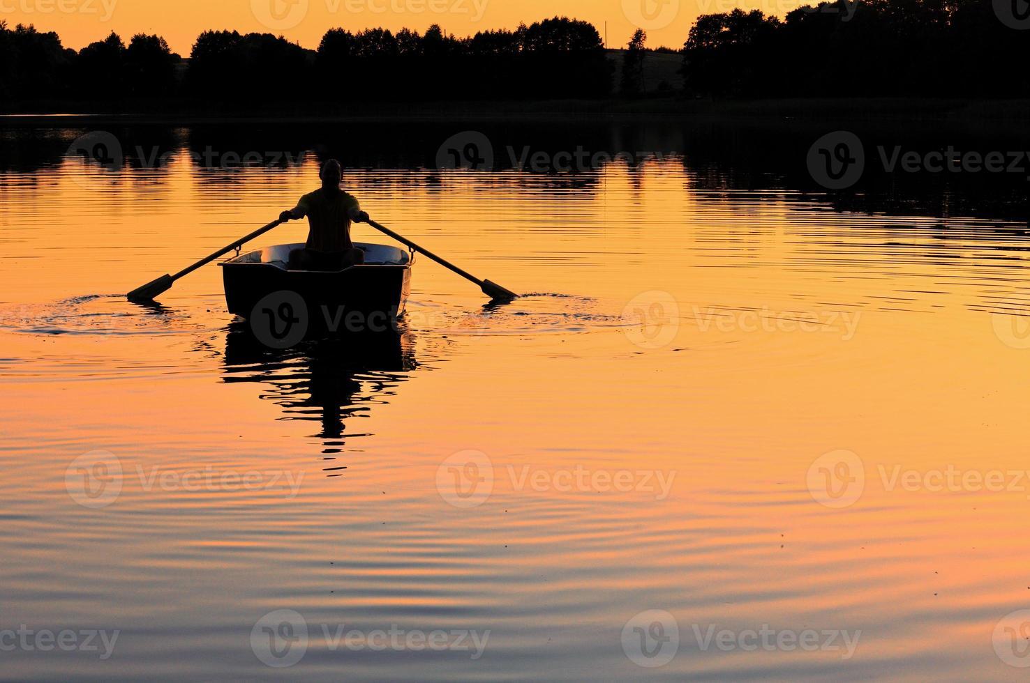 silueta de hombre en el barco foto