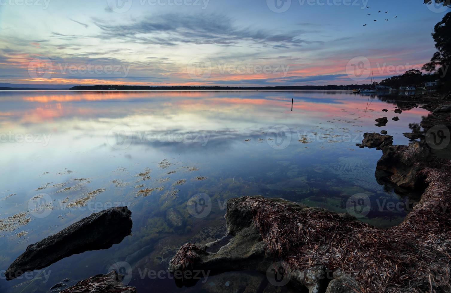Réflexions au coucher du soleil sur les eaux du bassin de st georges photo