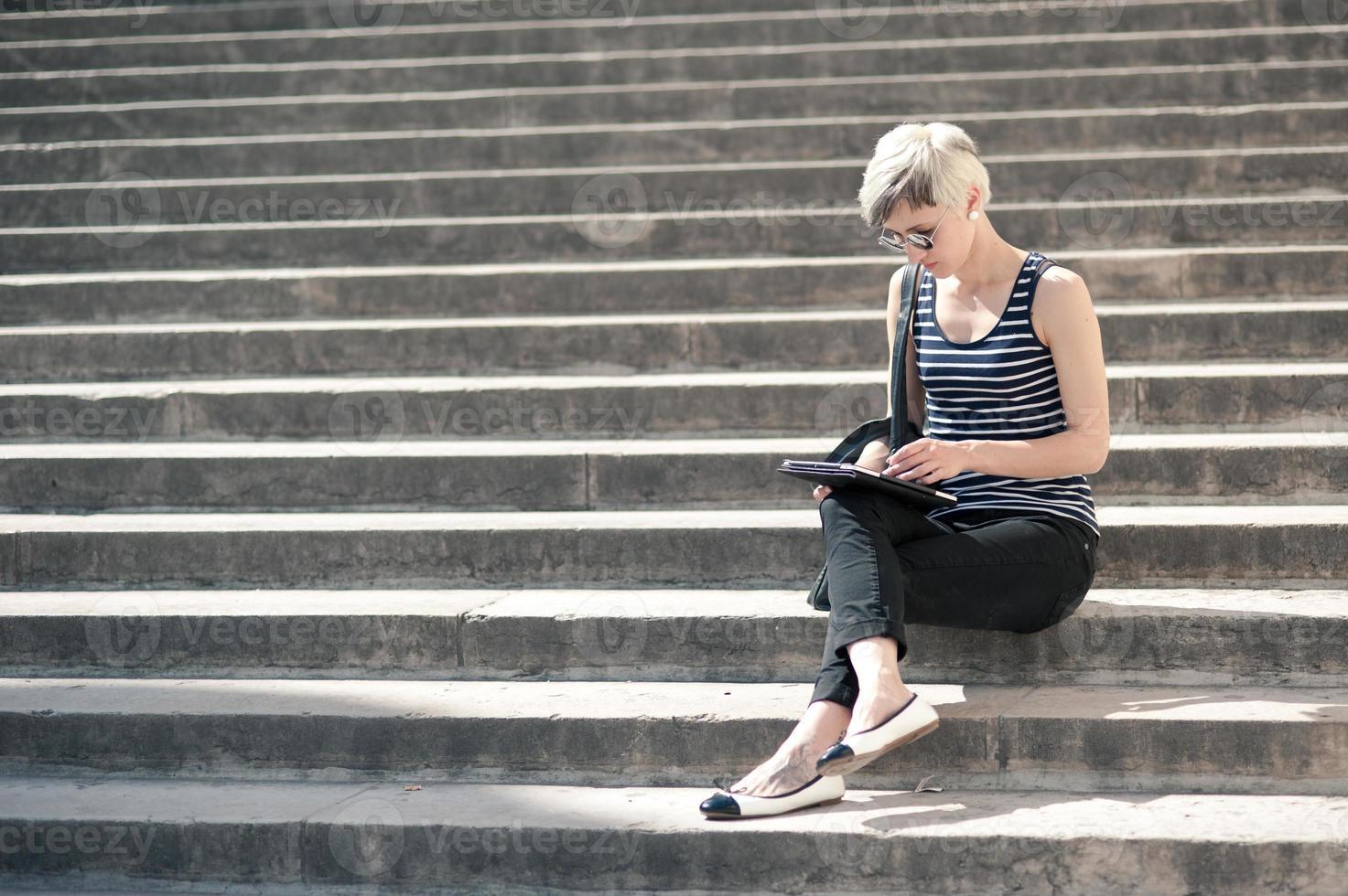 jeune femme blonde à l'aide de tablette. photo