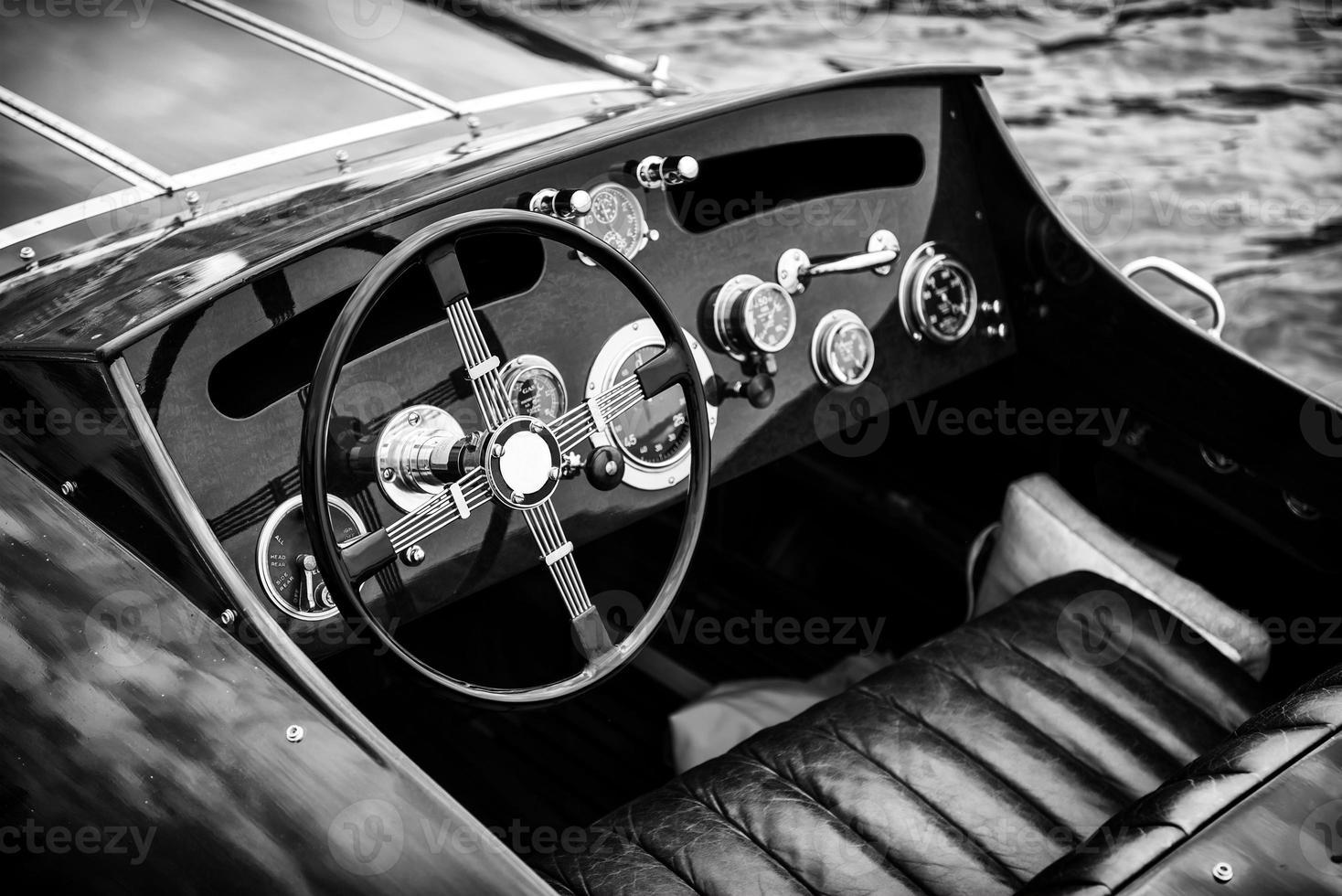hölzernes Motorboot Armaturenbrett - schwarz und weiß foto