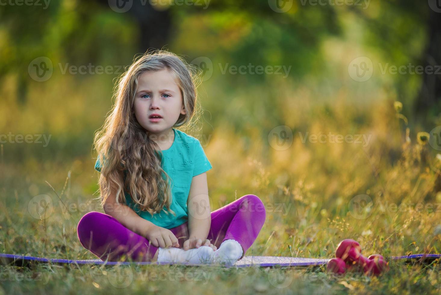 klein meisje over de aard foto
