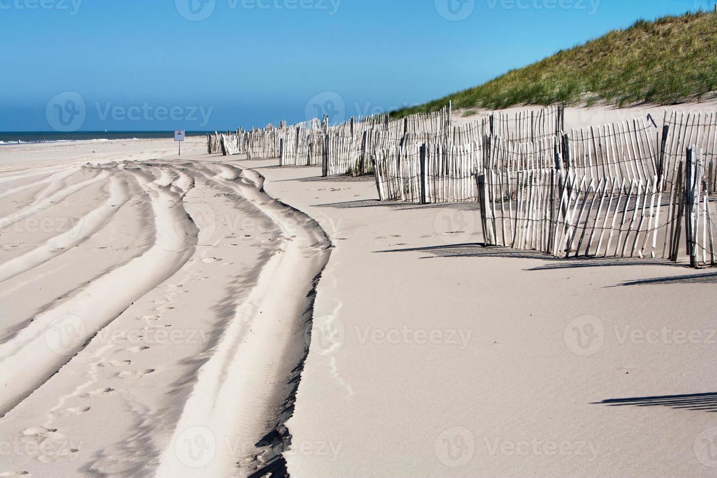 pistas y vallas de madera en la playa foto