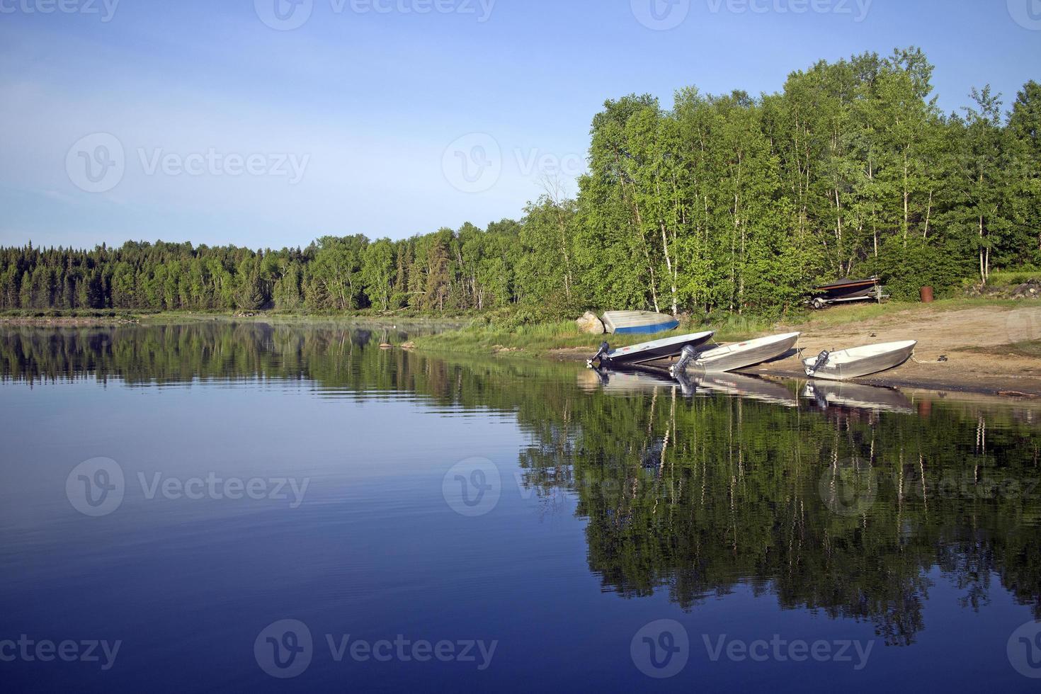 Lago de pesca en el norte de Quebec, Canadá foto