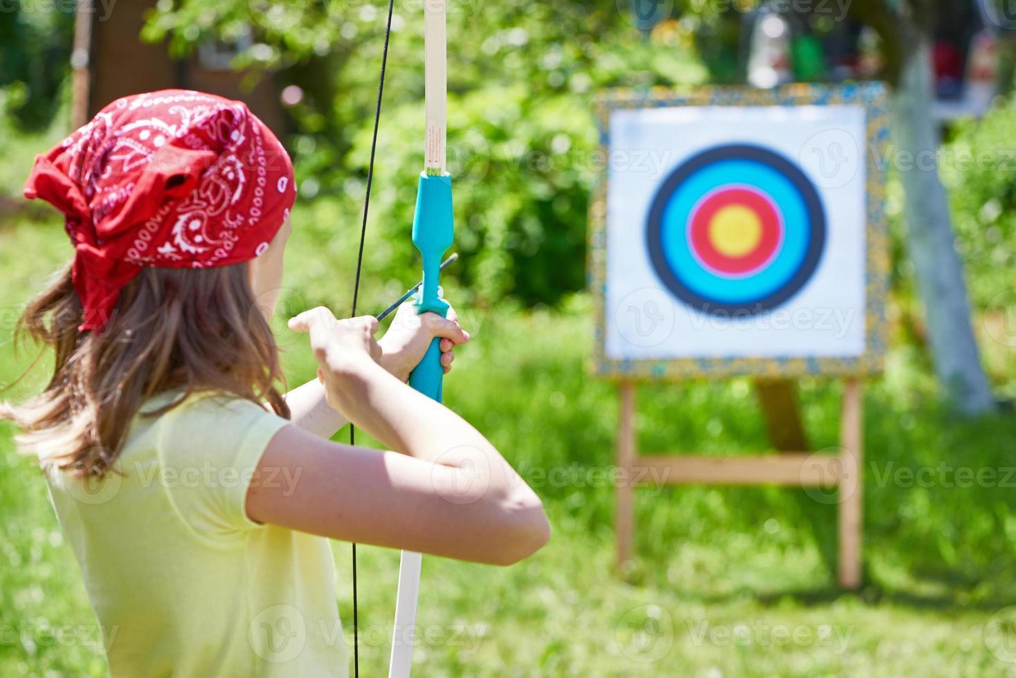 chica con tiro con arco al objetivo deportivo foto