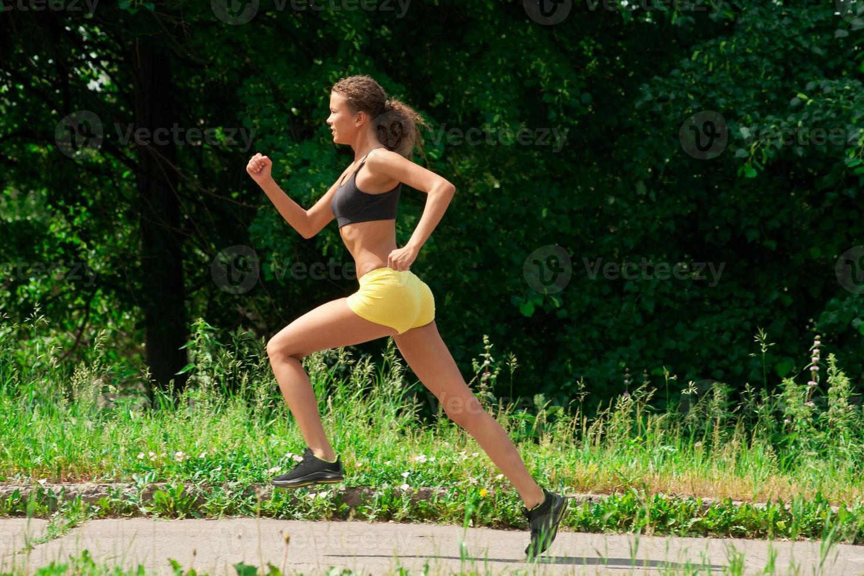 mulher atleta correndo ao ar livre foto