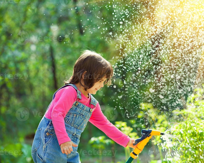 niña regando el jardín foto