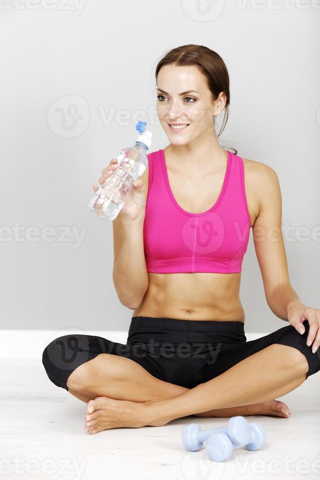 donna che riposa dopo l'allenamento foto