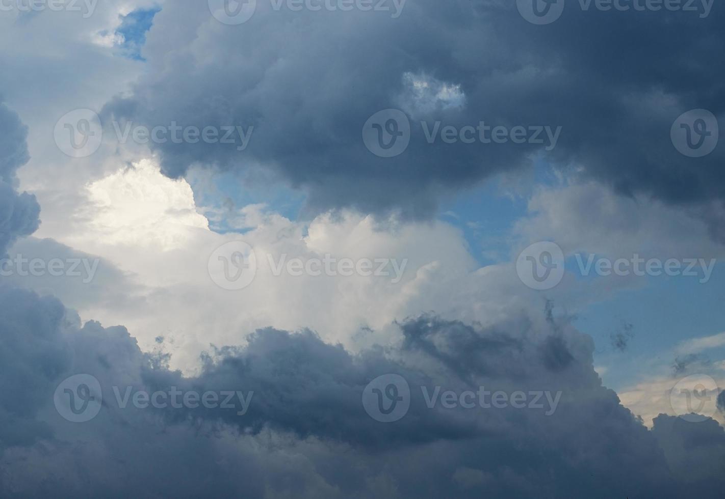 ciel bleu parmi les nuages photo