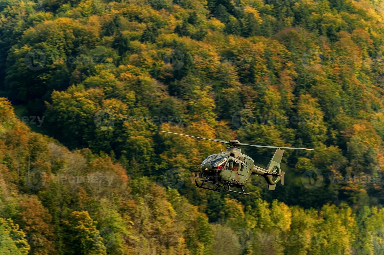 helicóptero militar en el cielo foto