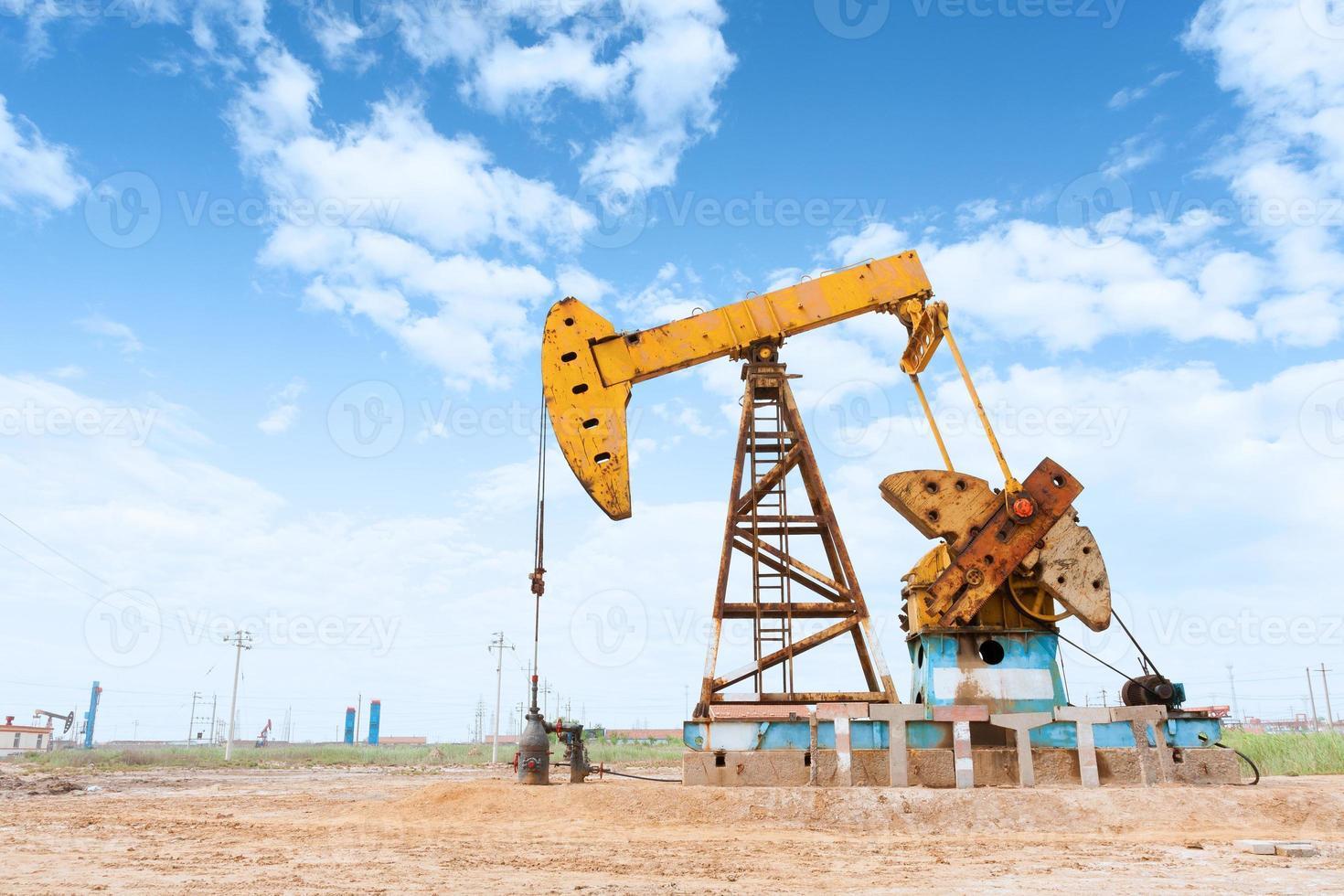 campo petrolero y cielo azul foto