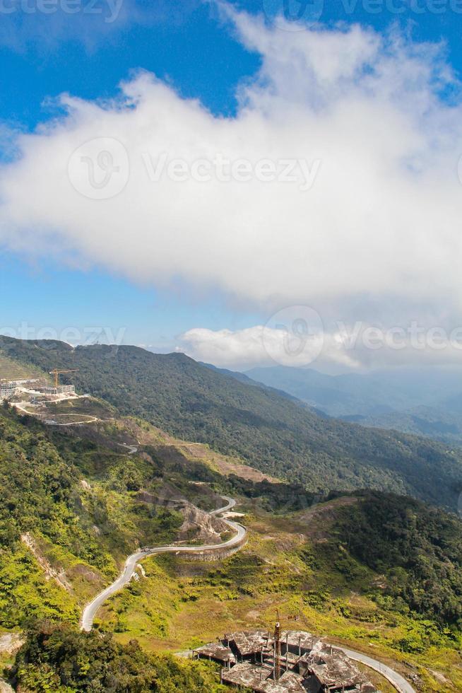 paisagem montanhosa com lindo céu azul foto