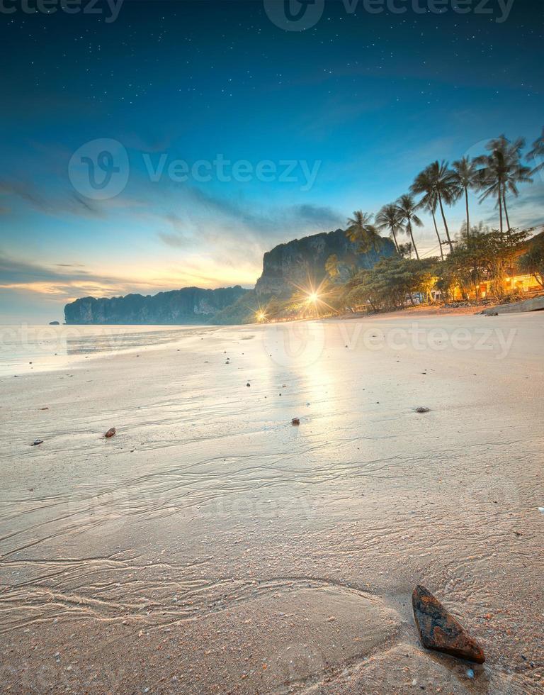 hermosa playa con cielo colorido, tailandia foto