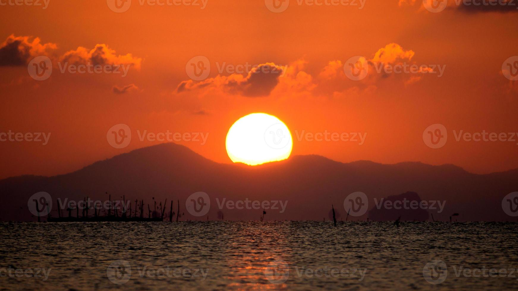 céu do sol no lago songkhla, Tailândia. foto