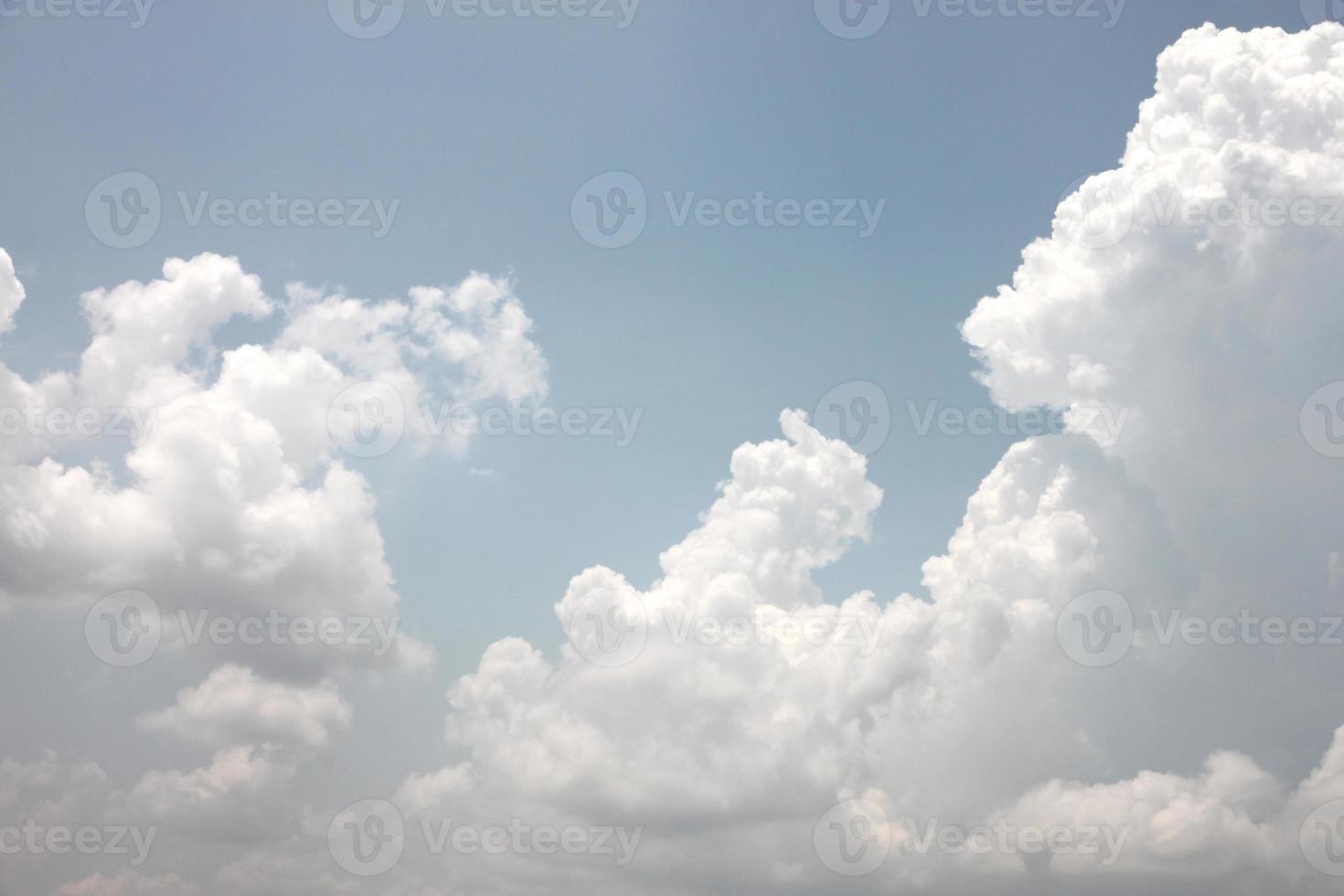 nubes blancas en un cielo azul. foto