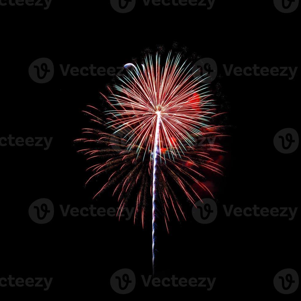 fogos de artifício coloridos iluminam o céu foto