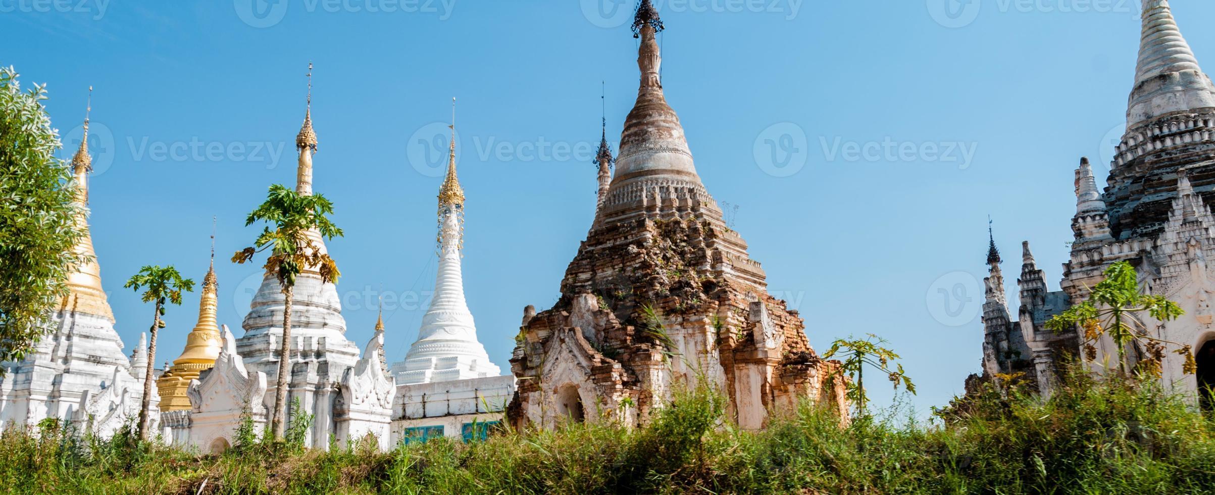 pagoda blanca bajo un cielo azul foto