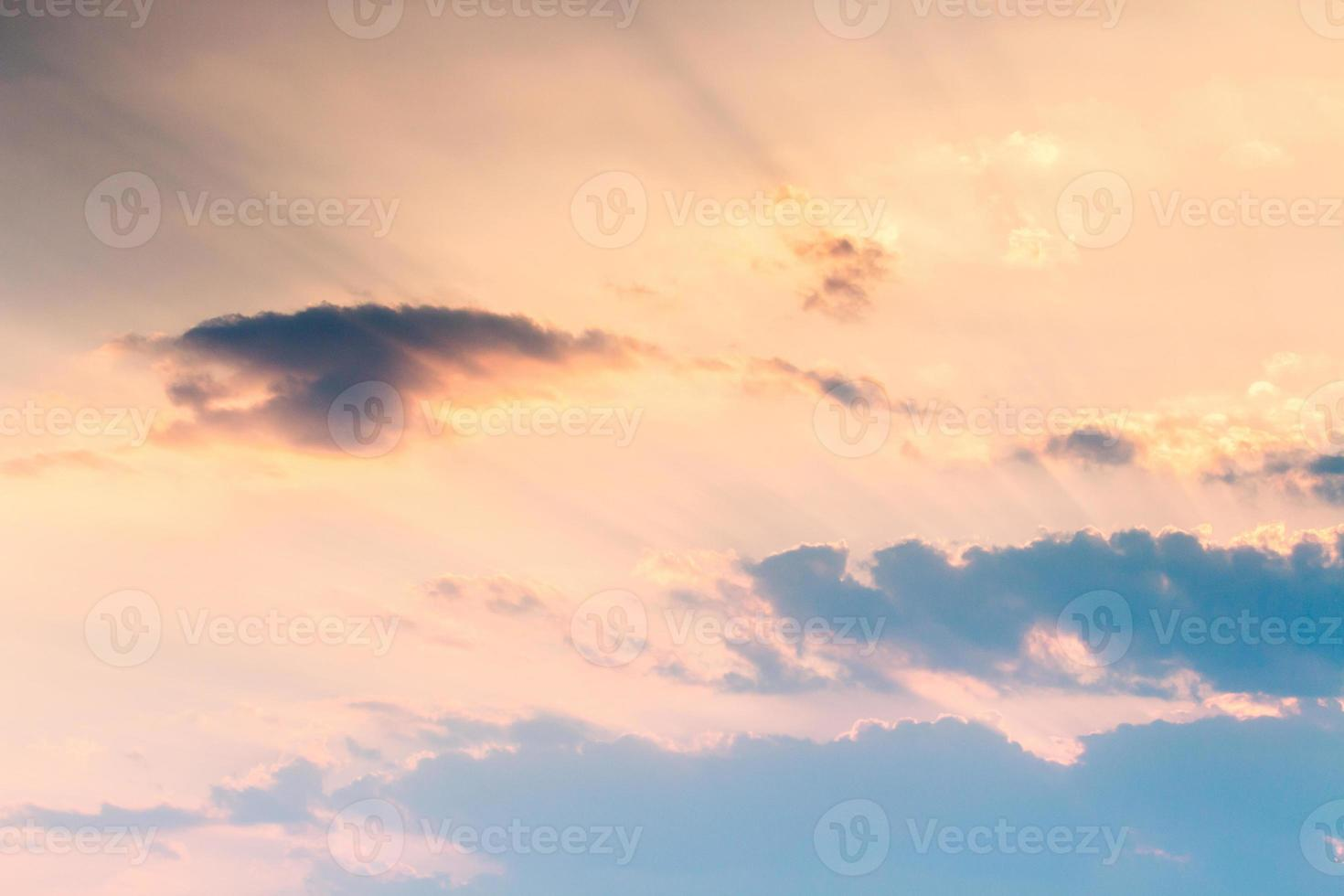 colorido cielo dramático con nubes al atardecer foto