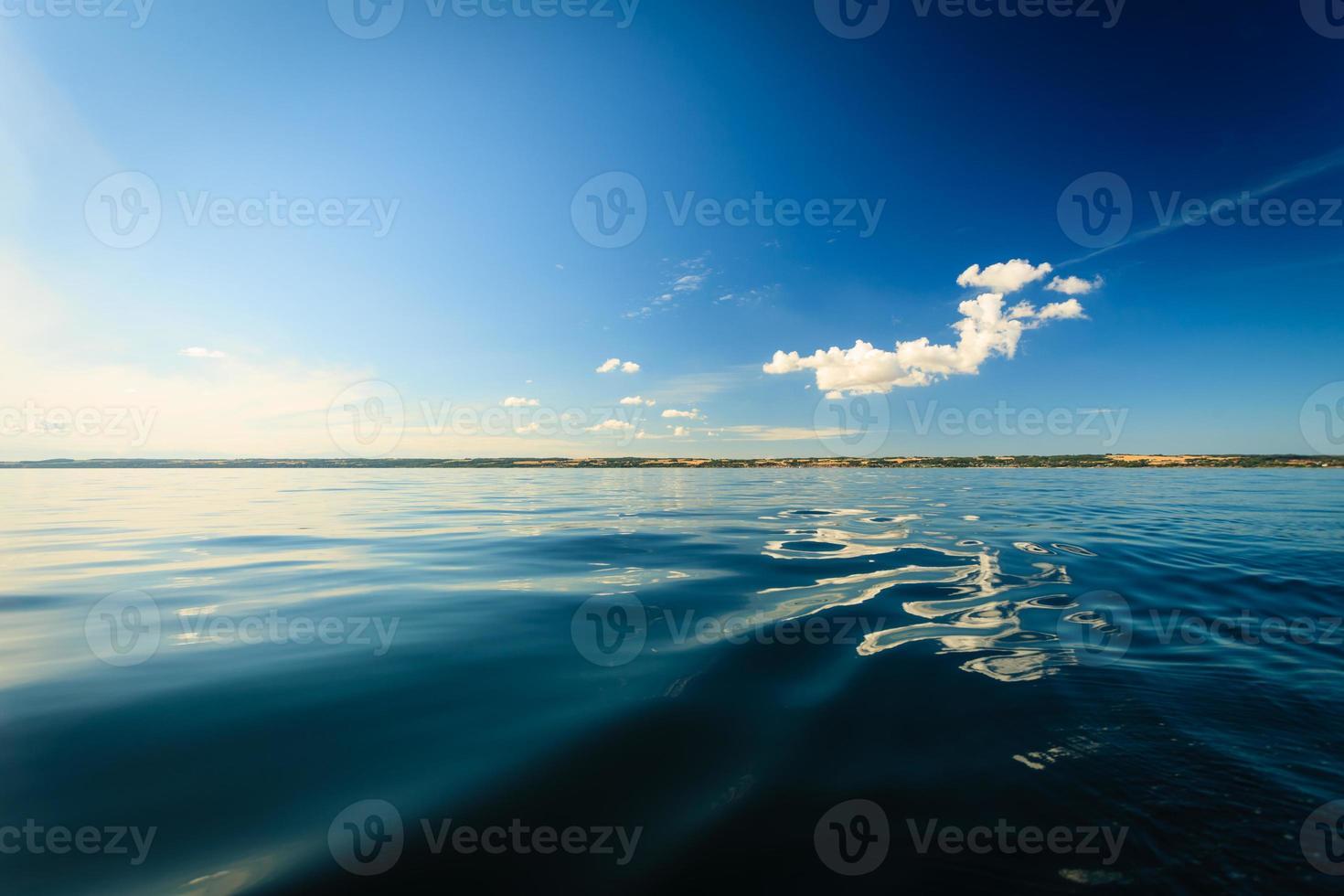 hermoso paisaje marino atardecer mar horizonte y cielo. foto