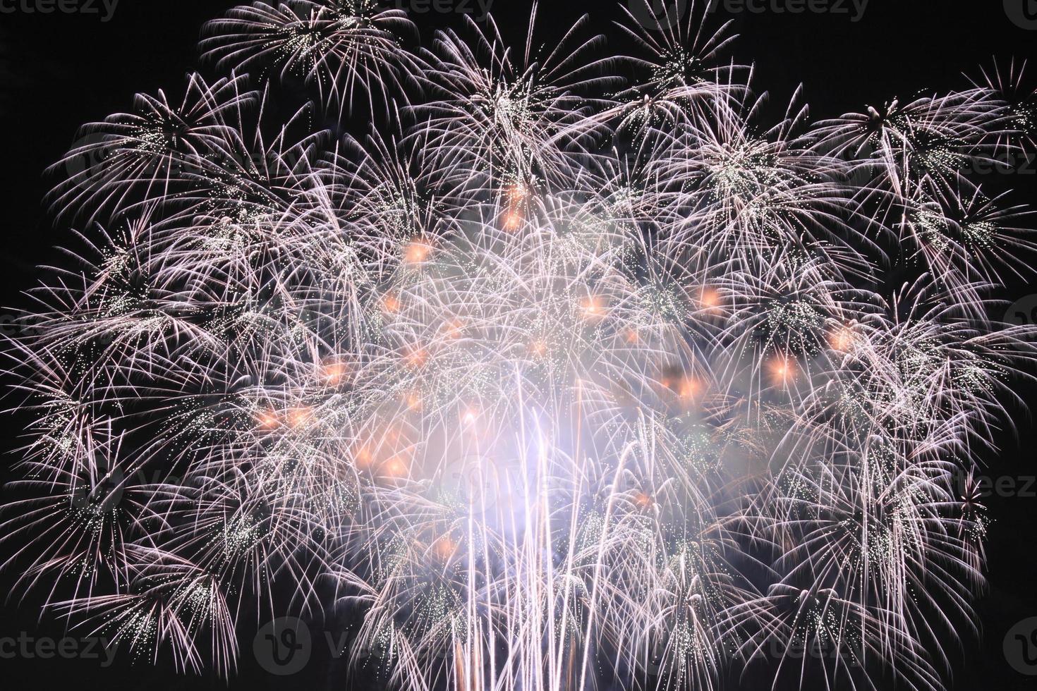 fuegos artificiales tradicionales japoneses en el cielo nocturno foto