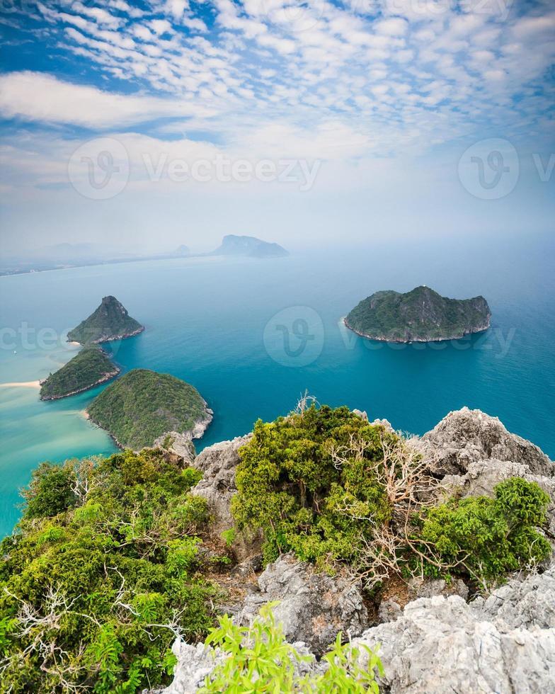 mar azul y cielo azul y hermosa isla foto
