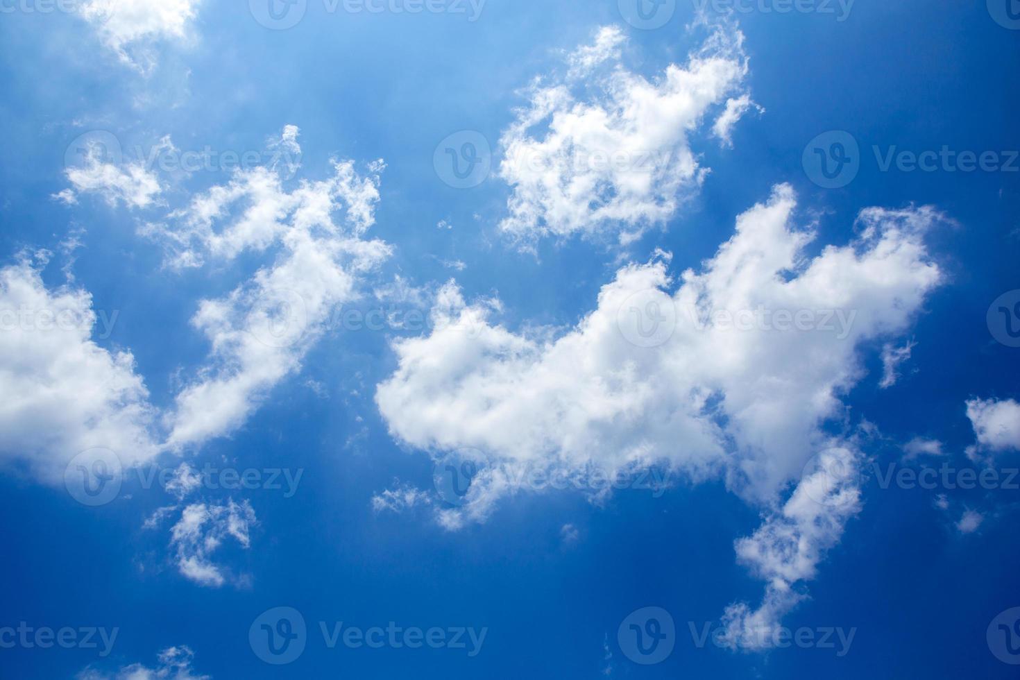 cielo azul y nube diminuta foto