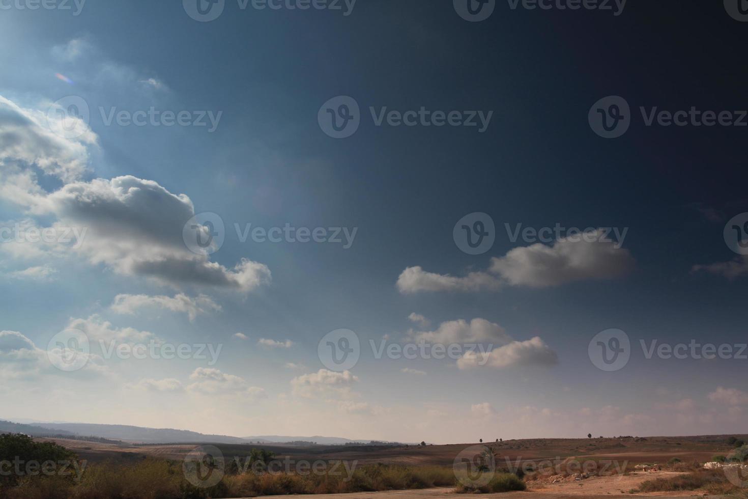 cielo despejado sobre la tierra foto