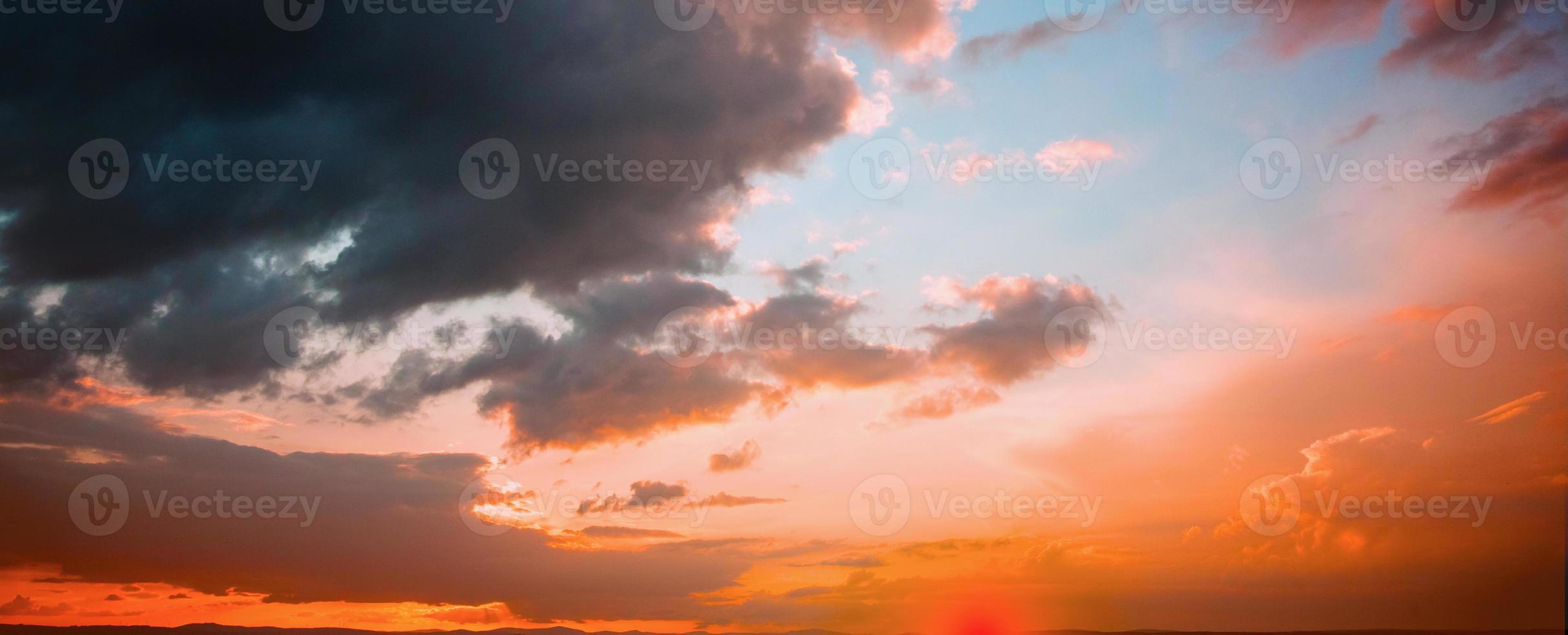 cielo naranja y azul con nubes foto