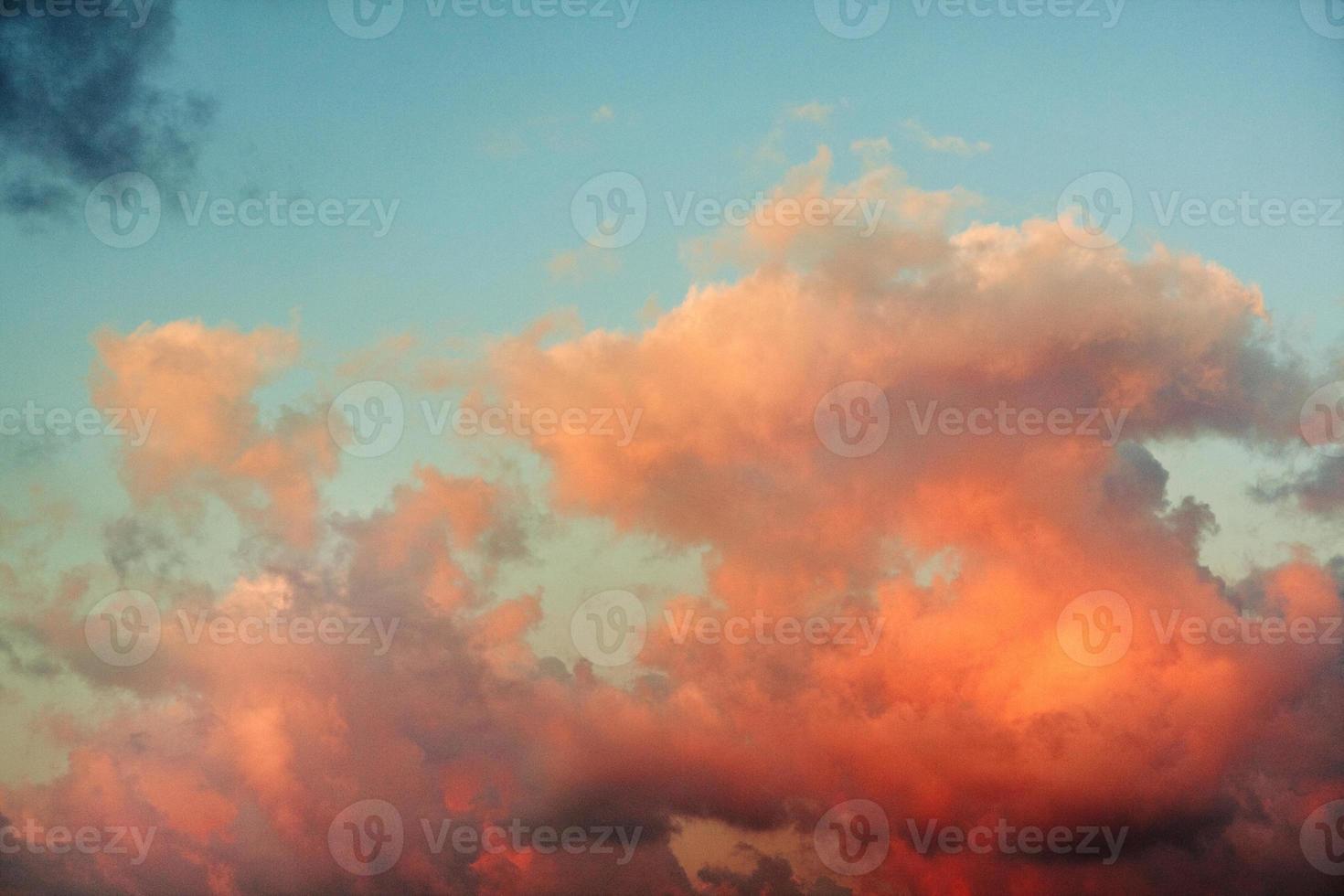 nubes rojas al atardecer y cielo azul foto