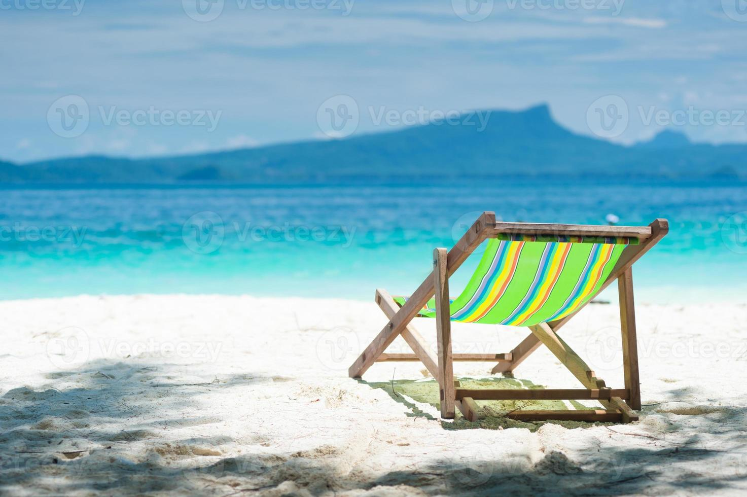 sillas de playa de colores, cielo azul claro. foto