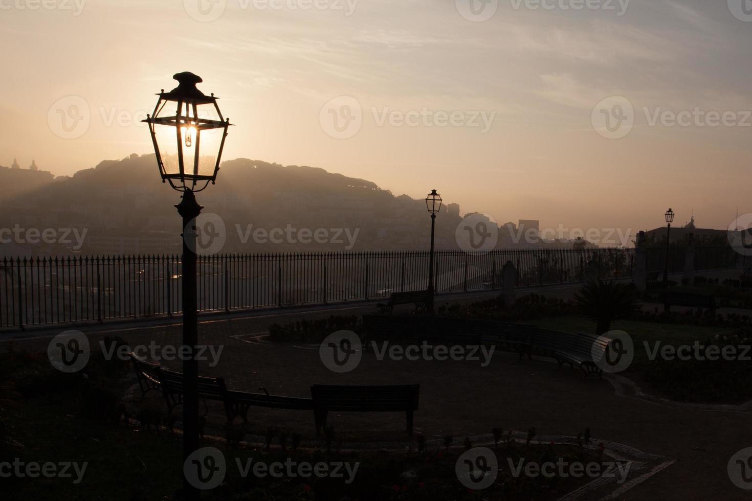 linterna de la calle al amanecer foto