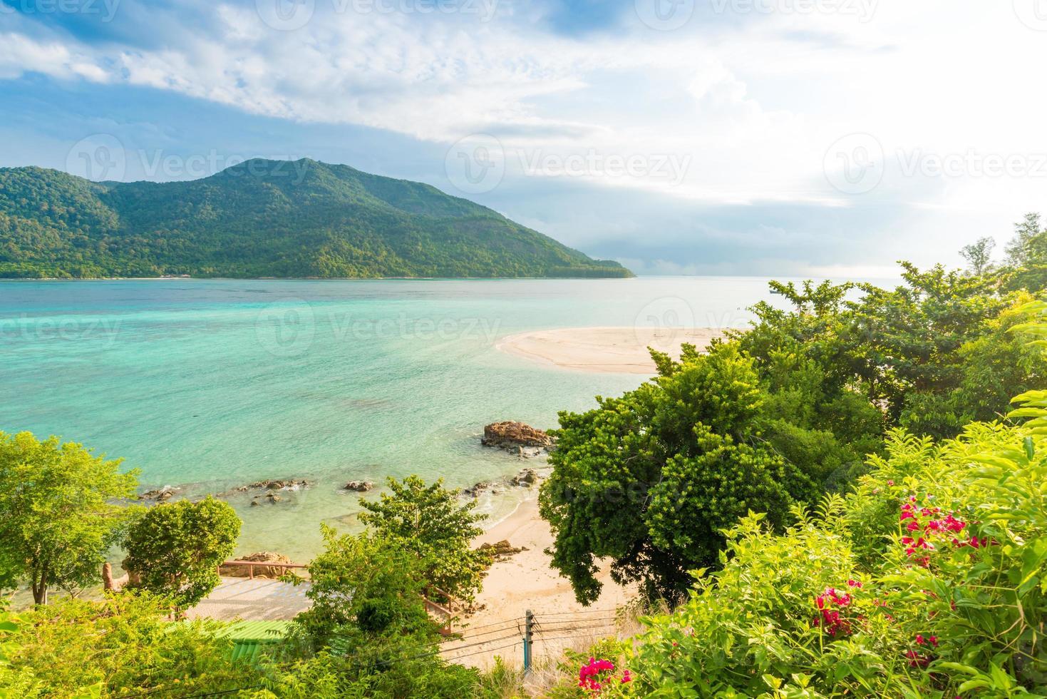 playa y mar tropical de andaman con cielo azul foto