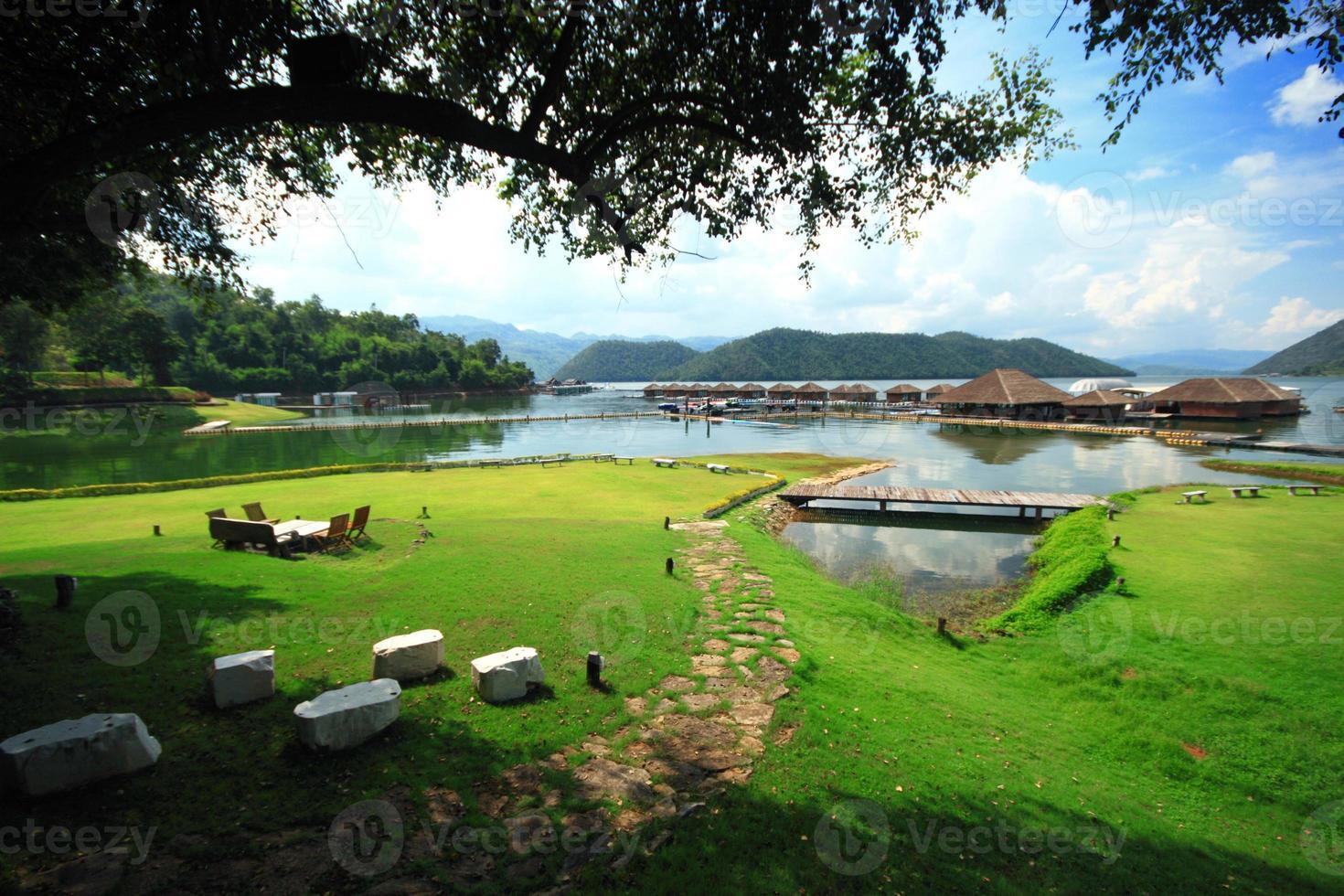 campo de hierba verde Riverside balsa resort cielo azul foto