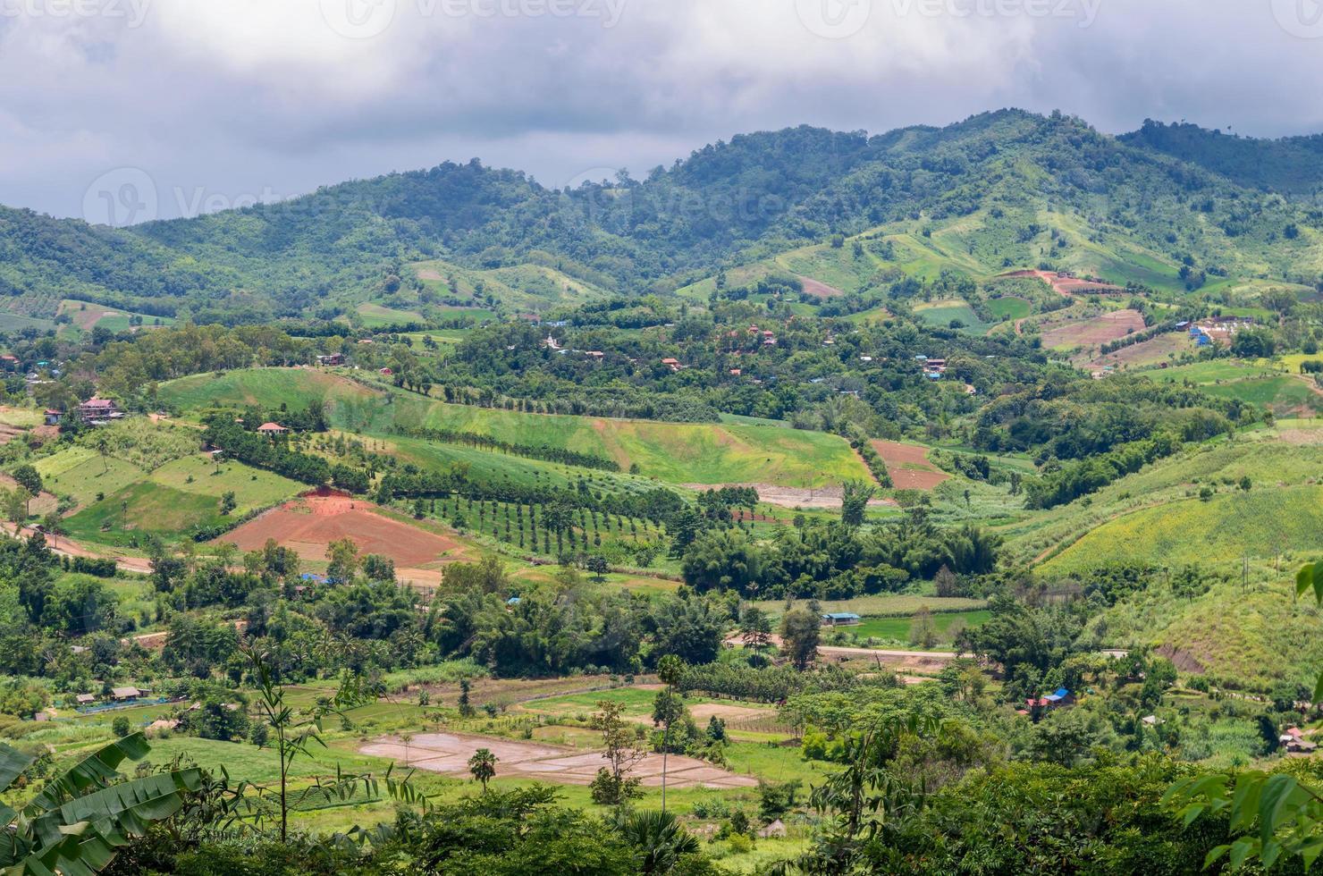 montañas hierba verde con nubes y cielo paisaje foto
