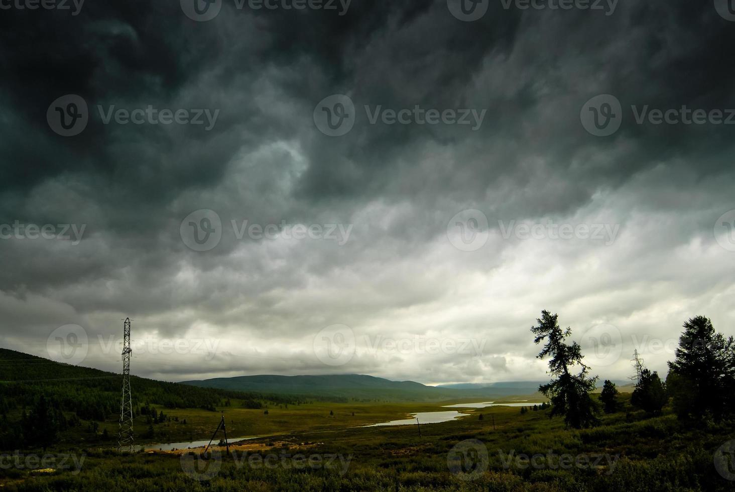 cielo tormentoso negro en las montañas de lluvia. altai. foto