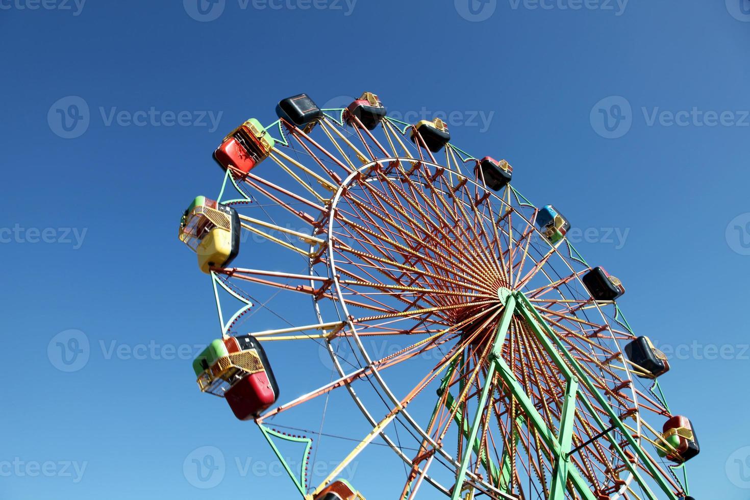 noria colorida contra el cielo azul foto