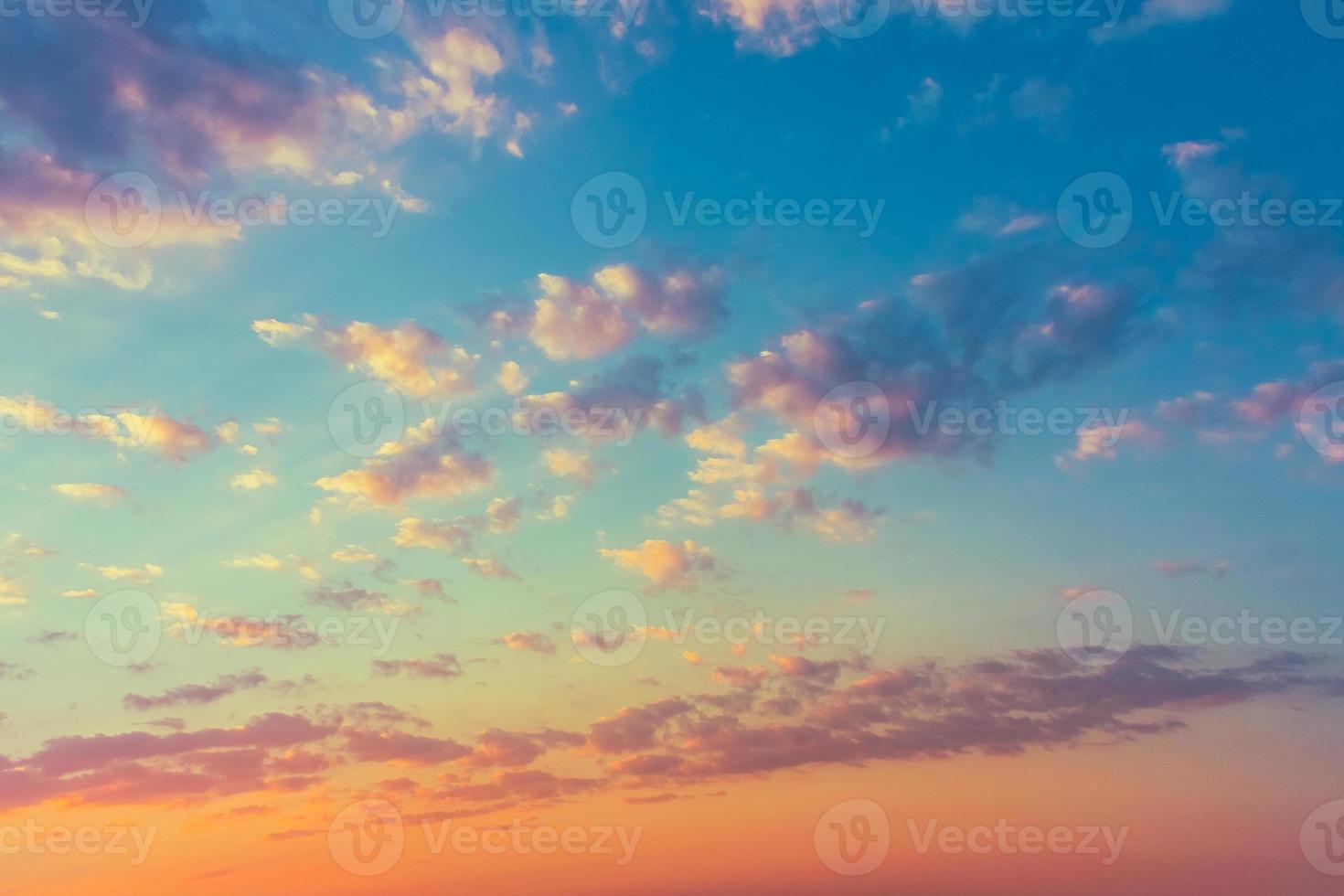cielo amarillo azul amanecer con luz solar foto