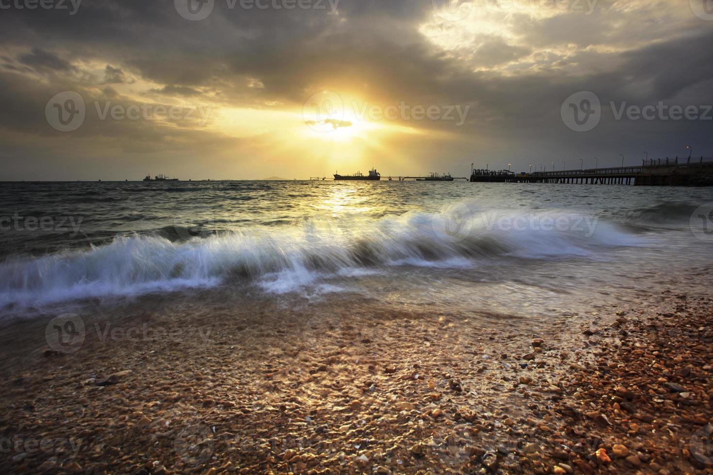 hermoso paisaje marino y puesta de sol cielo foto