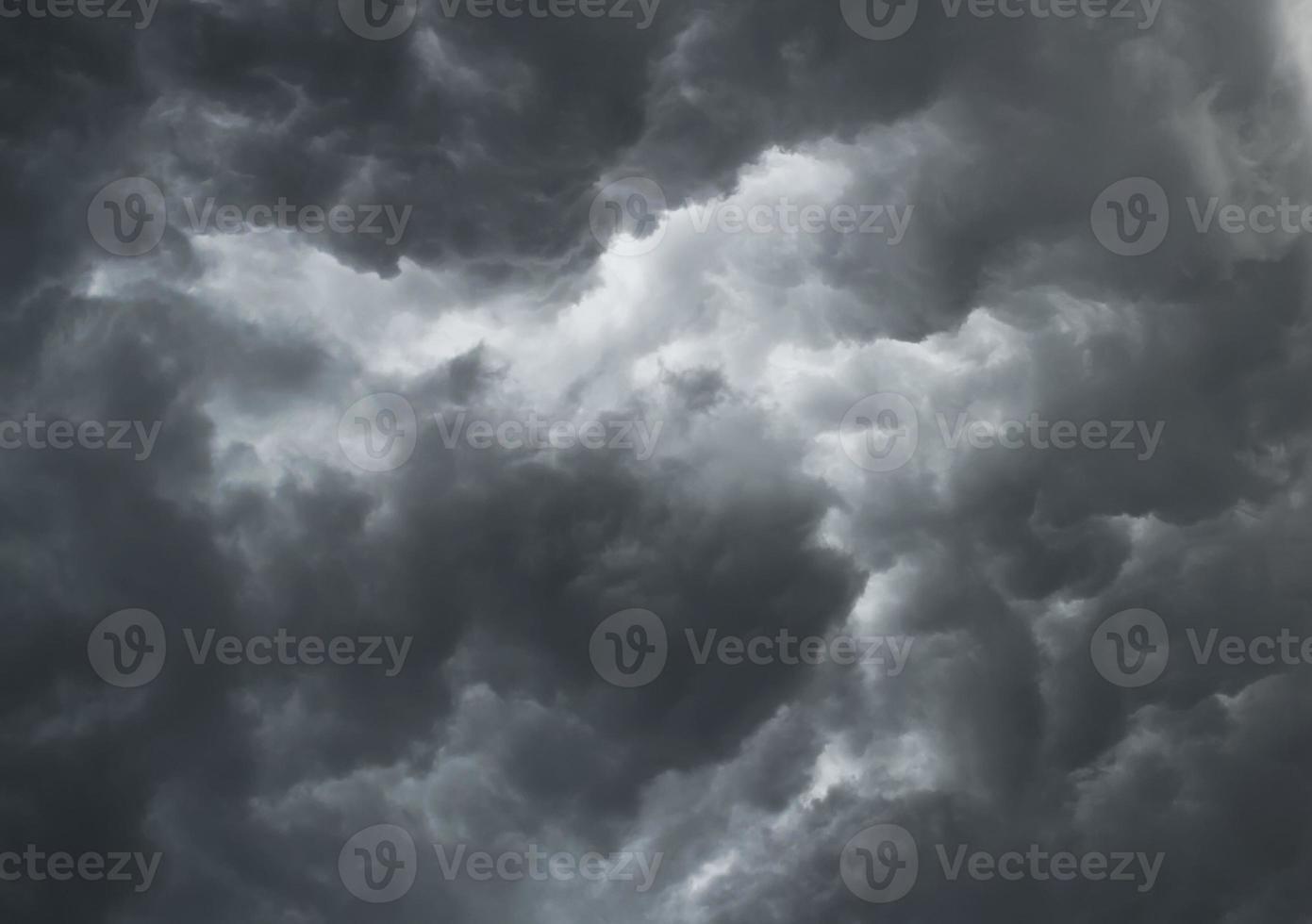 mirando hacia las dramáticas nubes grises tormentosas foto