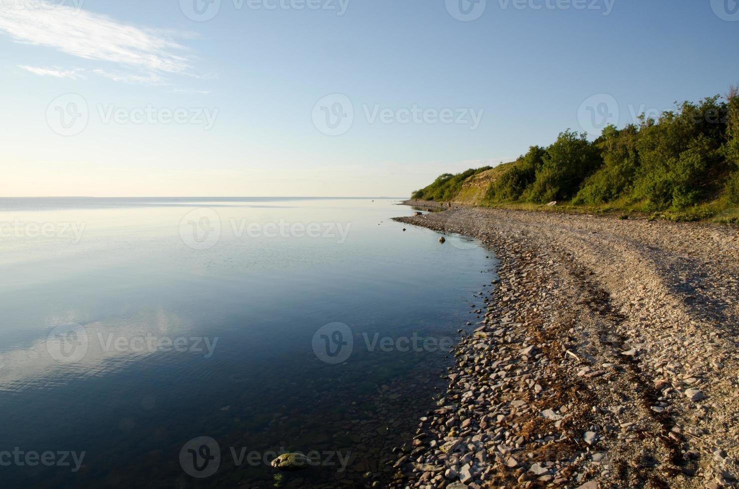 costa pedregosa una tranquila y luminosa tarde de verano foto