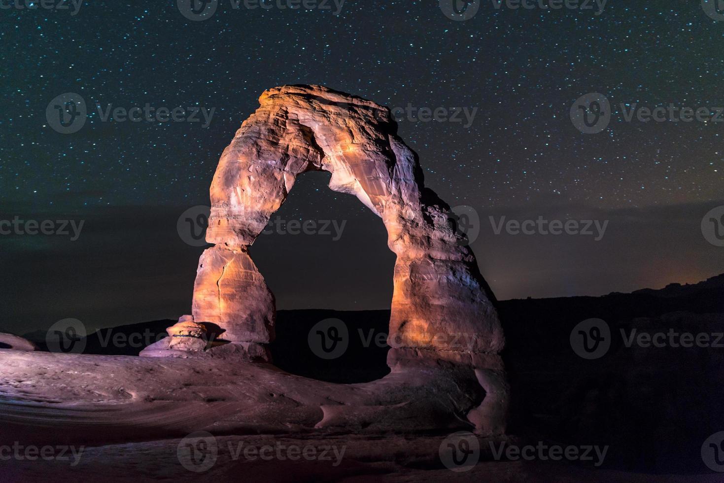 arco delicado en la noche contra el hermoso cielo nocturno foto